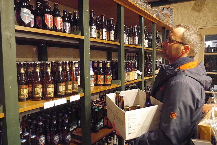 Jens beim Biershopping
