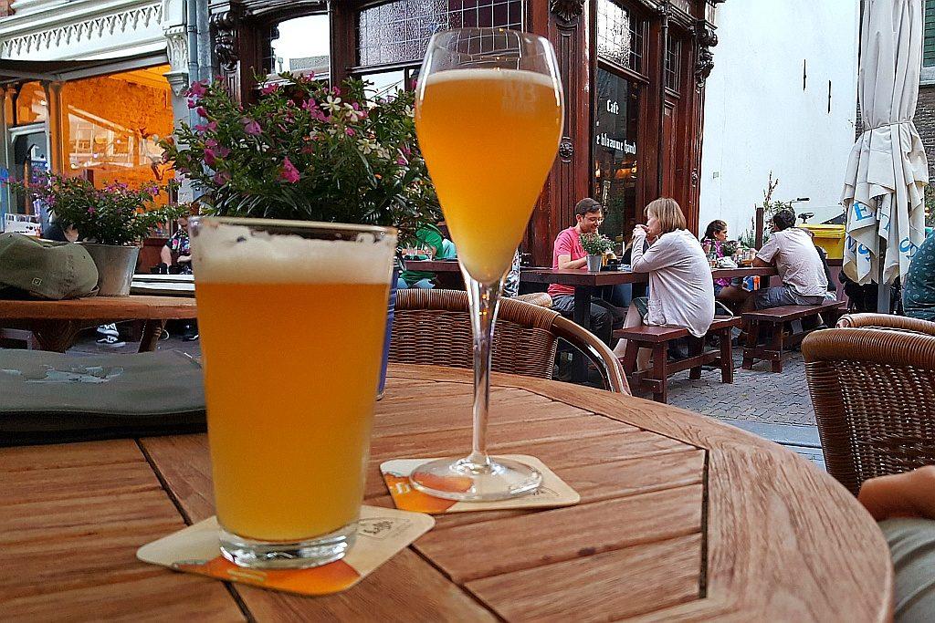 Blaauwe Hand Terrasse Nevel Biere