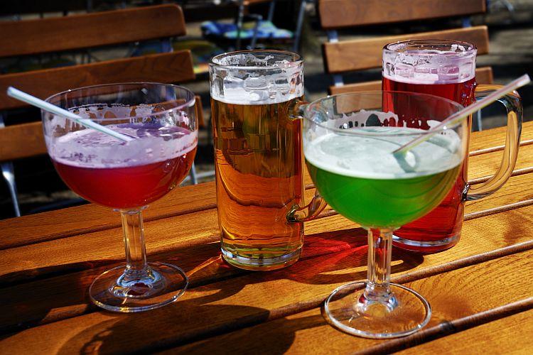 Berliner Weisse rot und grün mit Strohhalm