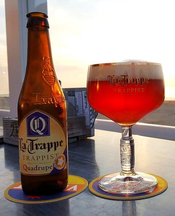 Flasche und Glas La Trappe Quadrupel